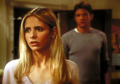 Buffy - Buffy (Sarah Michelle Gellar, l.) kennt Rileys (Marc Blucas, r.) Gehe...
