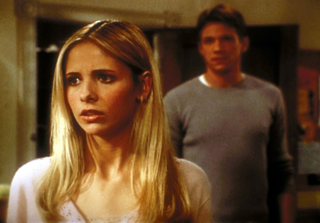 Buffy (Sarah Michelle Gellar, l.) kennt Rileys (Marc Blucas, r.) Geheimnis ... - Bildquelle: TM +   2000 Twentieth Century Fox Film Corporation. All Rights Reserved.