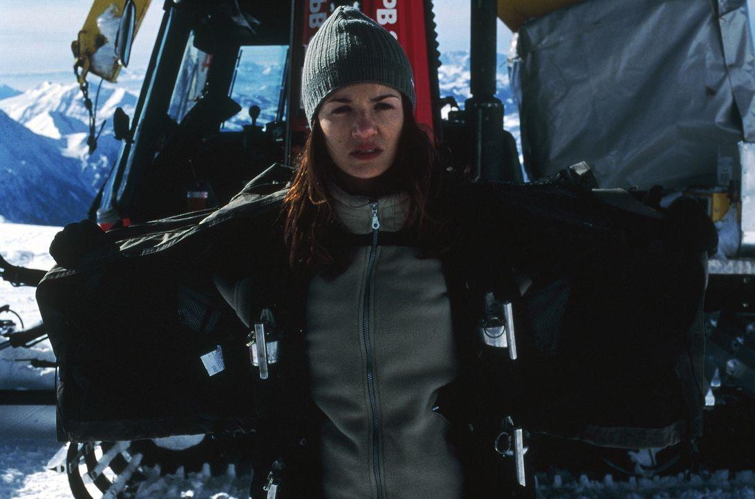 In den Bergen, hoch über Grenoble, hat die Forscherin Fanny Ferreira (Nadia Ferès) eine schlimm zugerichtete Leiche entdeckt ... - Bildquelle: TOBIS STUDIO CANAL GMBH&CO.KG