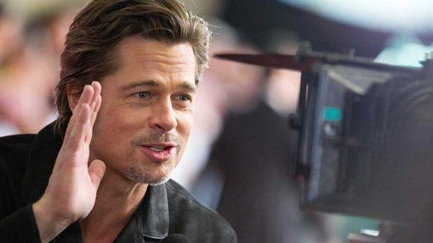 Brad Pitt bei einem Interview in Japan