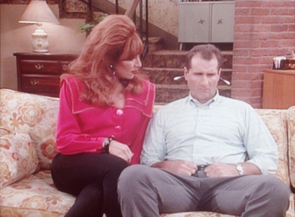 Peggy (Katey Sagal, l.) versucht wieder einmal, Al (Ed O'Neill, r.) zum Sex zu nötigen. - Bildquelle: Columbia Pictures