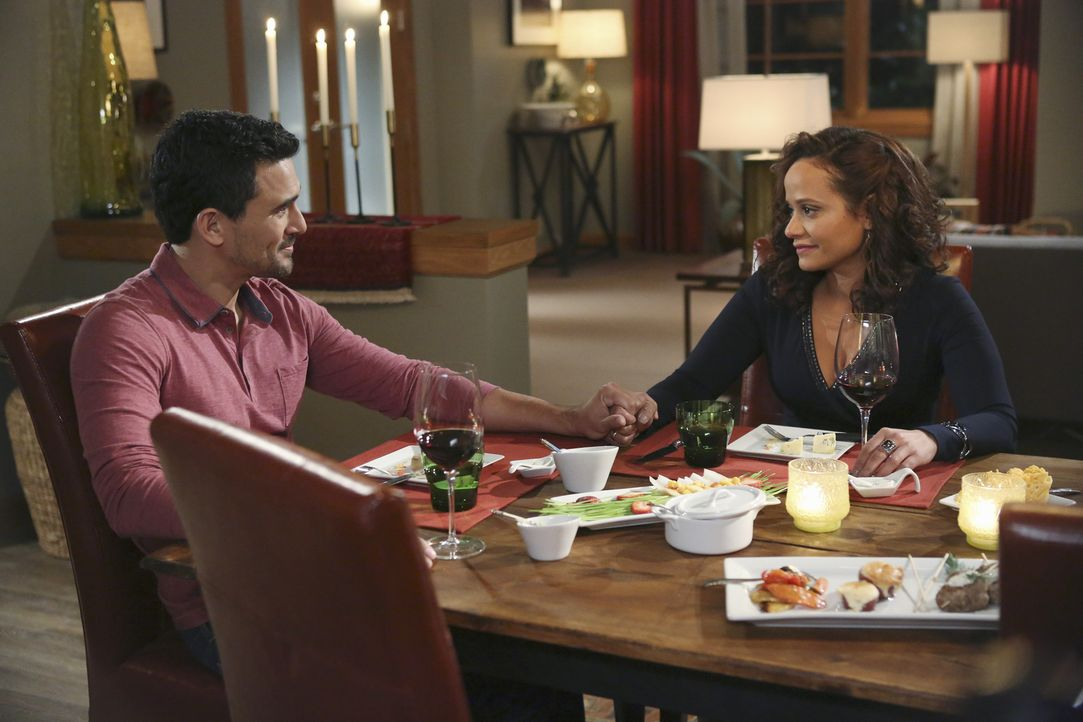 Wie wird der Abend von Javier Mendoza (Ivan Hernandez, l.) und Zoila (Judy Reyes, r.) verlaufen? - Bildquelle: 2014 ABC Studios