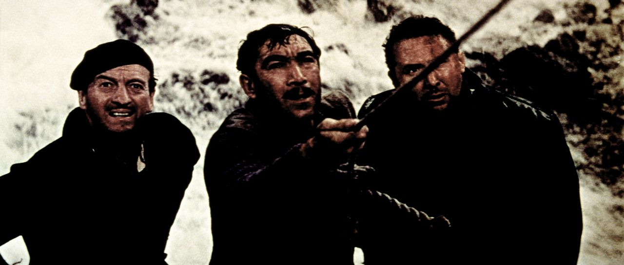 Miller (David Niven, l.) Andrea (Anthony Quinn, M.) und Franklin (Anthony Quayle, r.) wagen den schwierigen Aufstieg ...