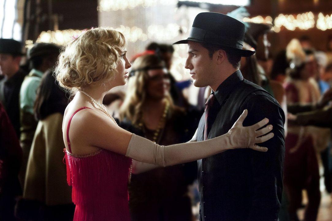 Caroline (Candice Accola, l.) rät Tyler (Michael Trevino, r.) dringend, die Party zu verlassen, weil sie glaubt, dass er in großer Gefahr ist ... - Bildquelle: Warner Brothers