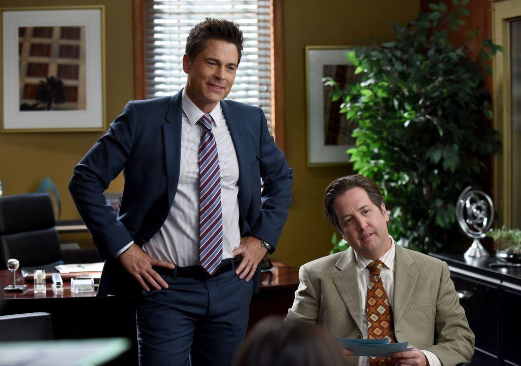 Noch glauben Dean (Rob Lowe, l.) und Todd (Steve Little, r.), dass Dean Sr. bei einer Befragung Unabhängiger eine gute Beurteilung bekommen würde ..... - Bildquelle: 2015-2016 Fox and its related entities.  All rights reserved.