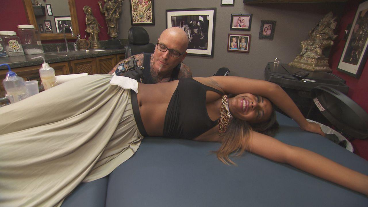 Dirk (l.) soll Keishas (r.) Tattoo in eines verwandeln, für das sie sich nicht schämen muss ... - Bildquelle: 2013 A+E Networks, LLC