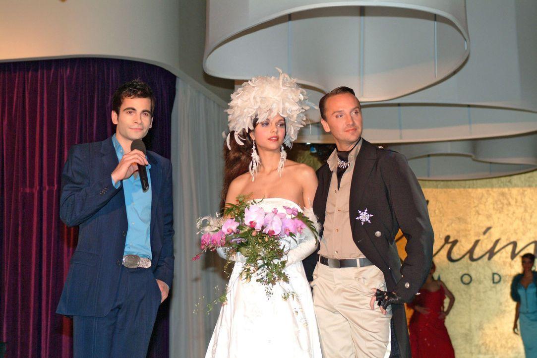 David (Mathis Künzler, l.) stellt Hugo (Hubertus Regout, r.) und sein Supermodel (Susan Hoecke, M.) vor - und dankt am Ende der Fashion-Show nicht e... - Bildquelle: Monika Schürle Sat.1