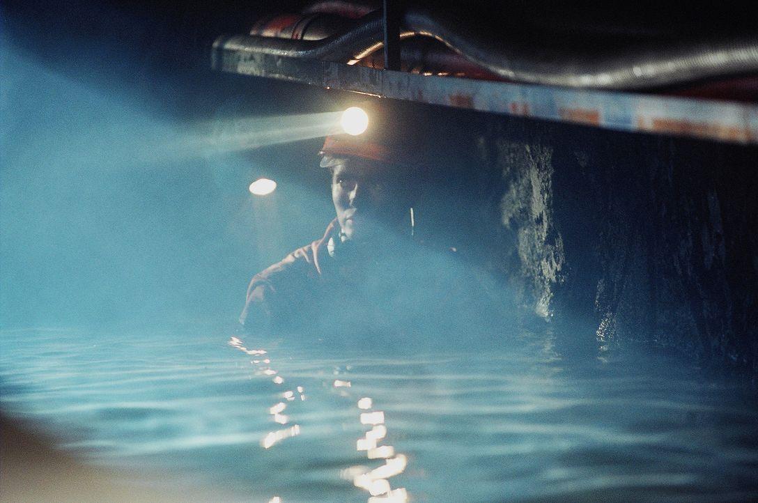 Als durch einen fatalen Fehler beim Kohleabbau das Stollensystem überflutet wird, können sich vier junge Kumpel gerade noch in einen Blindschacht... - Bildquelle: Regent Entertainment