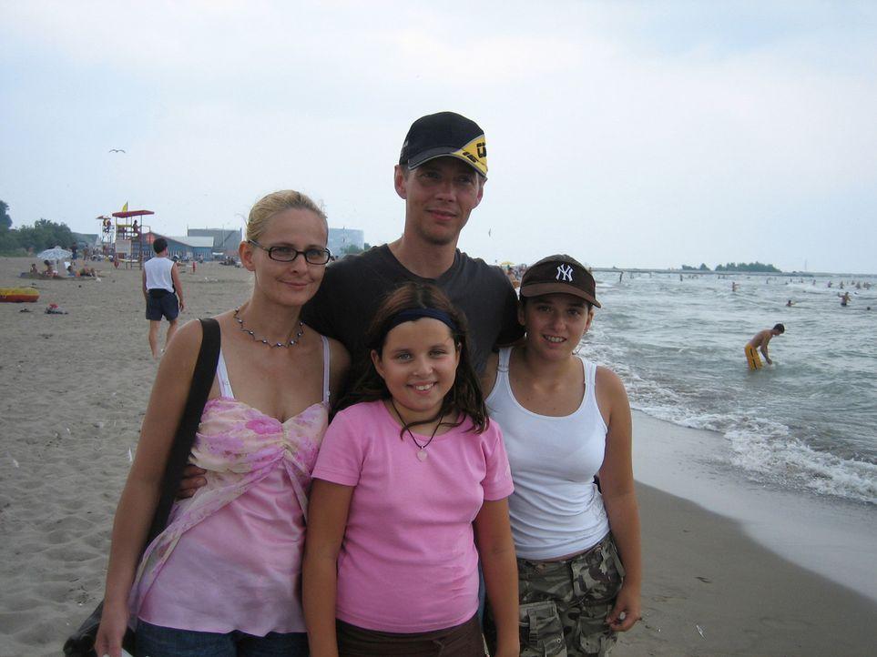 Heiko (hinten r.) und Antje Haase (l.) wollen zusammen mit ihren beiden Töchtern Marie und Aurelia ein neues Leben in Kanada beginnen ... - Bildquelle: kabel eins