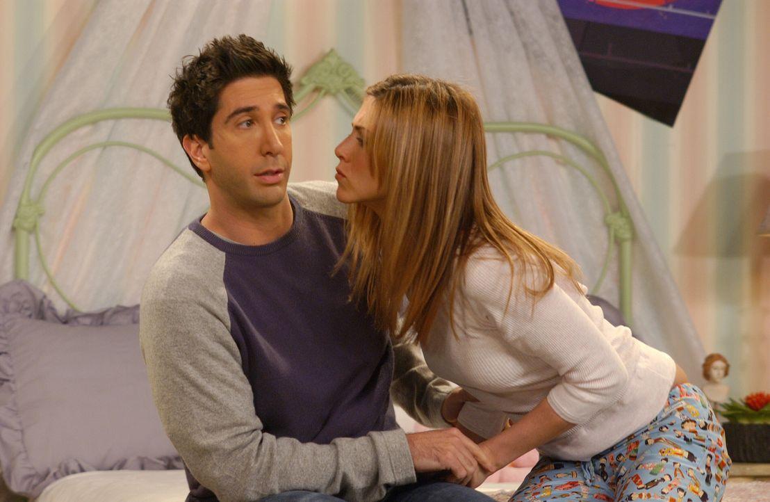 Ross (David Schwimmer, l.) versucht mit aller Kraft die Annäherungsversuche von Rachel (Jennifer Aniston, r.) abzuwehren ... - Bildquelle: 2003 Warner Brothers International Television