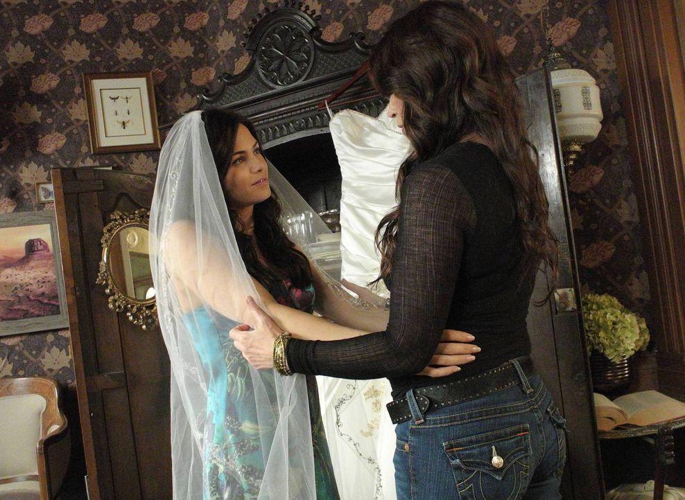 Noch freut sich Joanna (Julia Ormond, r.) auf die Hochzeit von Freya (Jenna Dewan-Tatum, l.) ... - Bildquelle: 2013 Lifetime Entertainment Services, LLC. All rights reserved.