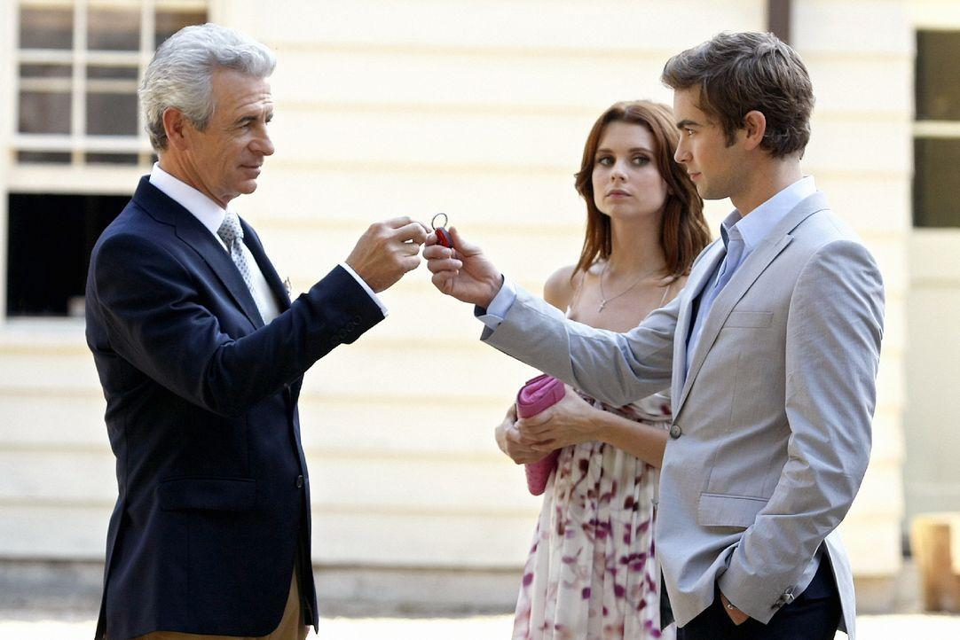 William van der Bilt (James Naughton, l.) gibt Nate (Chace Crawford, r.) den Schlüssel für einen Ferrari, um seinen guten Willen zu demonstrieren. I... - Bildquelle: Warner Brothers