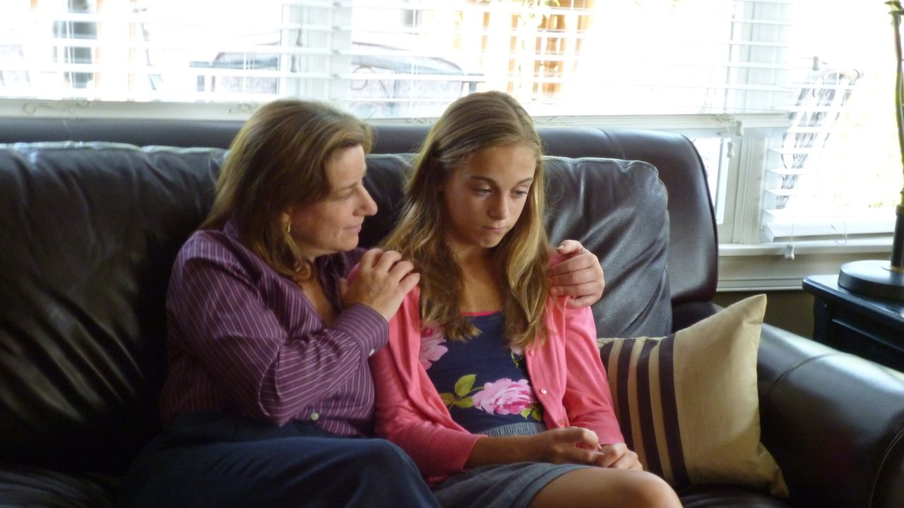 Deb (Darstellerin unbekannt, l.) bittet ihre Töchter Hannah (Darstellerin unbekannt, r.) und Jennah, der etwas seltsamen Nachbarstochter Karen eine... - Bildquelle: Kate Findlay-Shirras Atlas Media, 2011