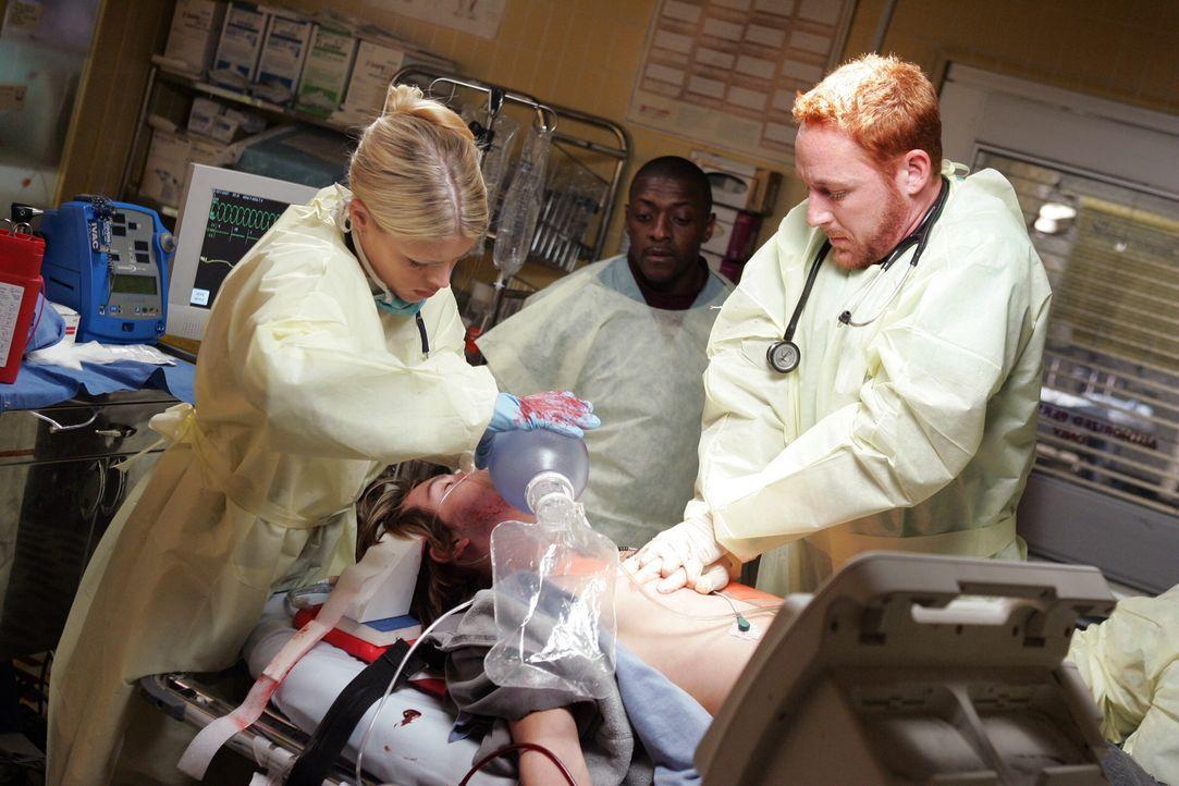 Es geht um Leben und Tod: Hope (Busy Philipps, l.), Morris (Scott Grimes, r.) und Pratt (Mekhi Phifer, M.) ... - Bildquelle: Warner Bros. Television