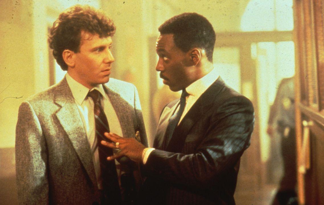 Gegen alle Vorschriften ermittelt Cop Axel Foley (Eddie Murphy, r.) in einem Mordfall an einem alten Freund aus Beverly Hills ... - Bildquelle: Paramount Pictures