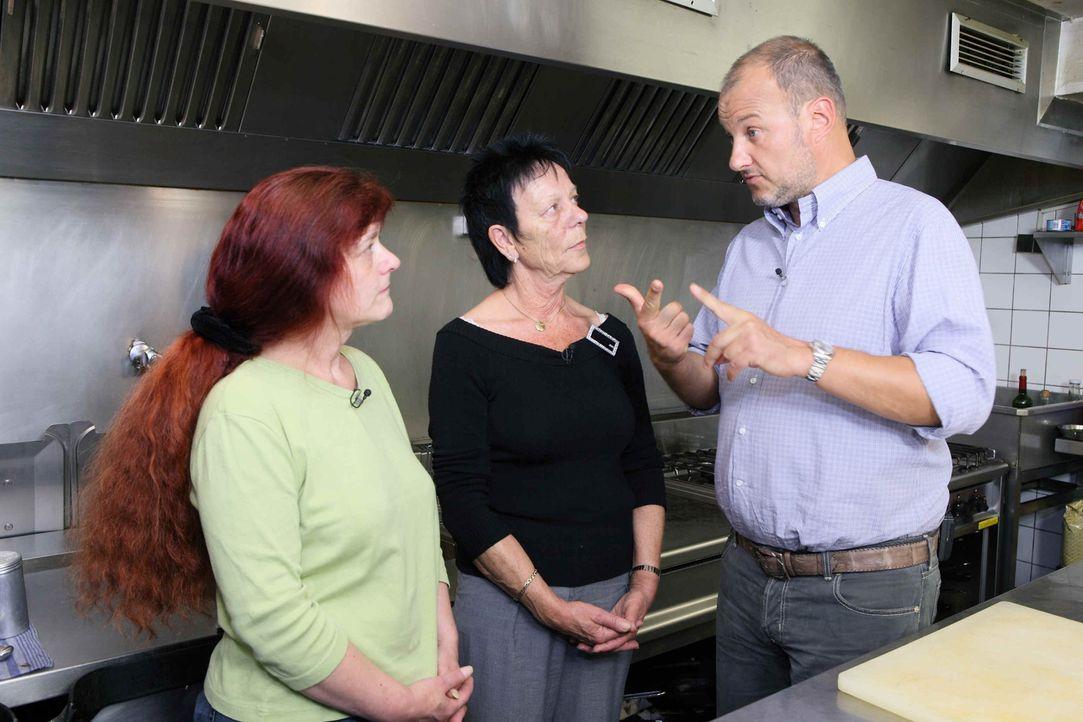 Frank Rosin (r.) erklärt Elly (M.) und ihrer Mitarbeiterin (l.), worauf es wirklich ankommt ... - Bildquelle: Frank Hempel kabel eins
