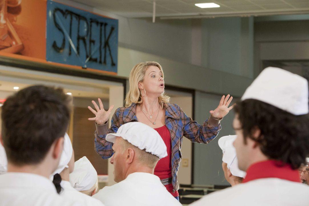 Um ihrem Mandanten zu helfen, legt sich Danni (Annette Frier, M.) mächtig ins Zeug ... - Bildquelle: SAT.1