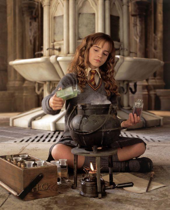 """Die exzellente Zauberschülerin Hermine (Emma Watson) gerät immer mit den alteingesessenen Zauberfamilien aneinander, weil sie nicht """"reinblütig"""" ist... - Bildquelle: Warner Bros. Pictures"""