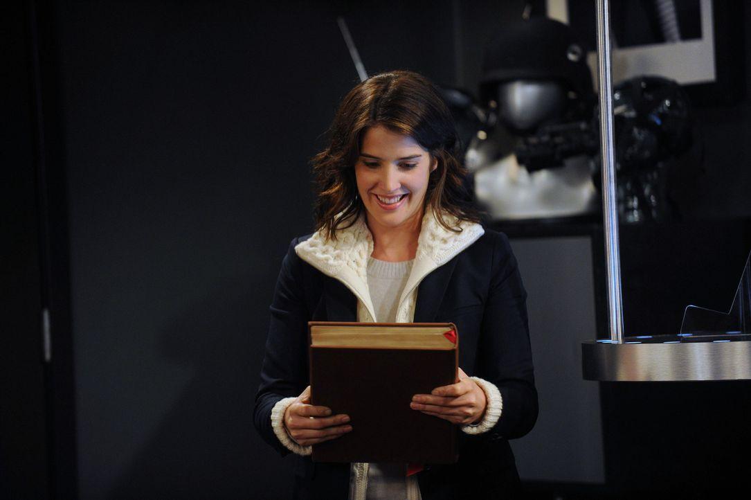 """Beim Klau von Barneys """"Playbook"""" wird Robin (Cobie Smulders) überrascht und landet deshalb im Wandschrank ... - Bildquelle: 2012-2013 Twentieth Century Fox Film Corporation. All rights reserved."""