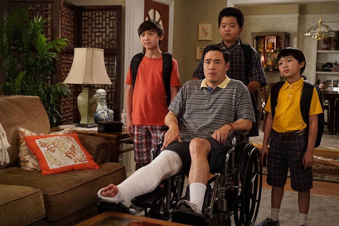 Als Louis (Randall Park, vorne) sich das Bein bricht, muss Jessica in der Arbeit für ihn einspringen, was jedoch bald im Chaos endet. Unterdessen ha... - Bildquelle: 2015-2016 American Broadcasting Companies. All rights reserved.