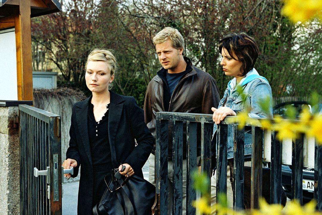 Leo (Henning Baum, M.) und Nina (Elena Uhlig, r.) haben entdeckt, dass Mareike Gerstenkandler (Johanna Gehlen, l.) zwei Lebensversicherungen ihres v... - Bildquelle: Christian A. Rieger Sat.1