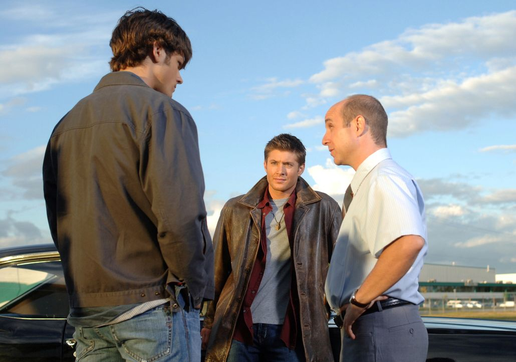Jerry (Brian Markinson, r.), ein alter Freund von Sams (Jared Padalecki, l.) und Deans (Jensen Ackles, M.) Vater, hofft auf die Hilfe der beiden - u... - Bildquelle: Warner Bros. Television