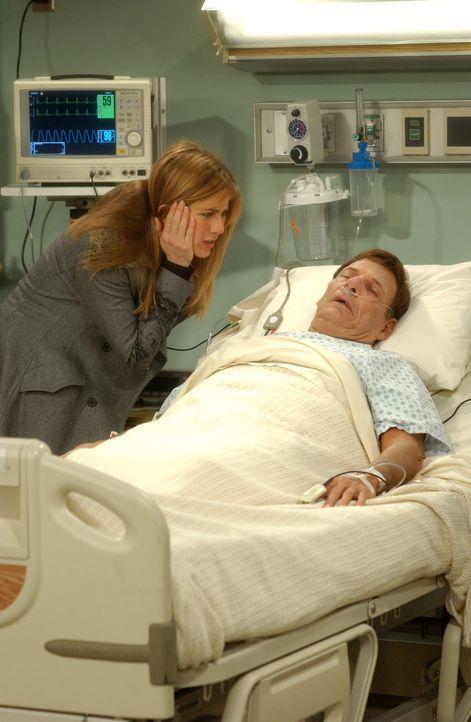 Rachel (Jennifer Aniston, l.) macht sich große Sorgen um ihren Vater (Ron Liebman, r.), der nach einem Herzinfarkt ins Krankenhaus eingeliefert wurd... - Bildquelle: 2003 Warner Brothers International Television