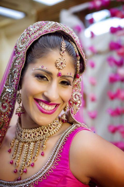 Die hübsche Raman feiert eine traditionell Indische Hochzeit mit sage und schreibe 700 Gästen ... - Bildquelle: ITV Studios Limited 2010