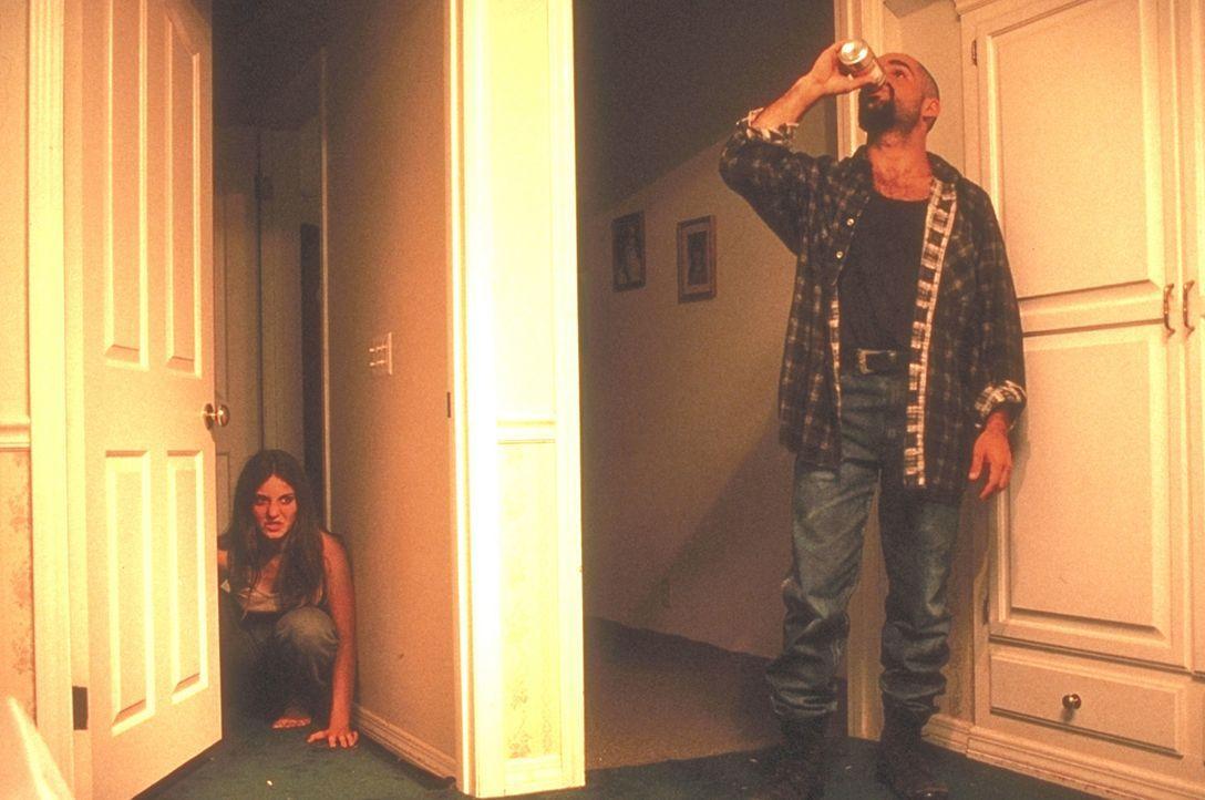 Schamlos machen sich die Gangster im Haus breit. Wie lange kann sich Lori Beth (Stephanie Jones, l.) noch vor ihnen verbergen? - Bildquelle: New City Releasing