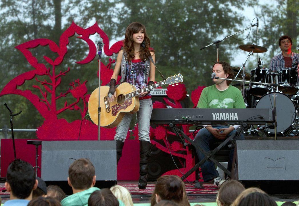 Das Musikfestival wird von der Sängerin Mia Catalano (Kate Voegele) eröffnet... - Bildquelle: The CW   2010 The CW Network, LLC. All Rights Reserved