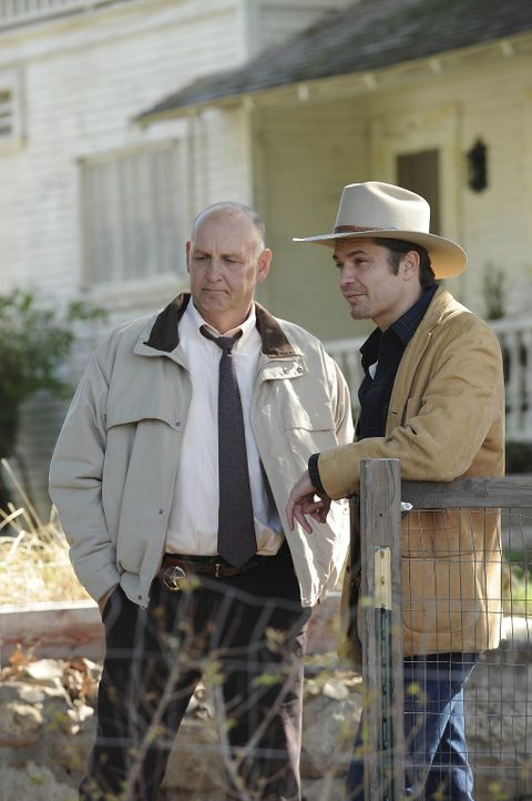 Chief Deputy Art Mullen (Nick Searcy, l.) und Raylan (Timothy Olyphant, r.) wurde zugetragen, dass Arlo Givens Bo Crowders Geschäfte in dessen Abwe... - Bildquelle: 2010 Sony Pictures Television Inc. and Bluebush Productions, LLC. All Rights Reserved.