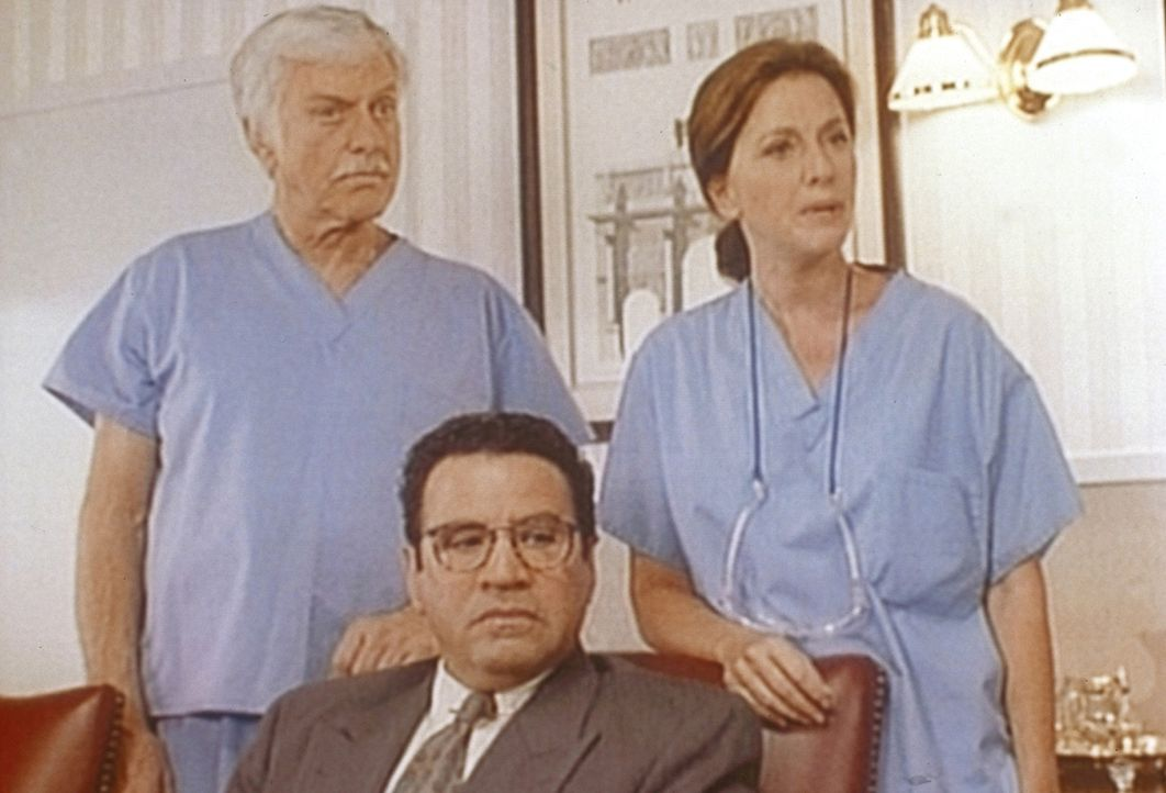 Briggs (Michael Tucci, M.), Dr. Sloan (Dick Van Dyke, l.) und die Ärztin Karen (Wendy Phillips, r.) werden beschuldigt, einen Kunstfehler begangen z... - Bildquelle: Viacom