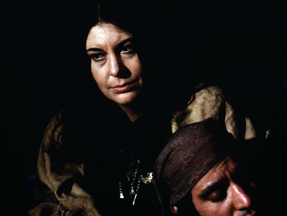 Das kranke Baby von Franzia (Karen Kondan, l.) braucht dringend Hilfe, doch das Clan-Oberhaupt Volta (Gregory Sierra, r.) ist zu stolz, um Hilfe anz... - Bildquelle: WARNER BROS. INTERNATIONAL TELEVISION