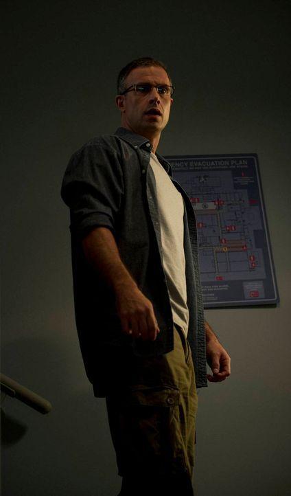 Eine Katze scheint sich in sein Treppenhaus verirrt zu haben. Leo Wingate (Freddie Prinze Jr.) ahnt nicht, dass es sich bei dem Tier um die Hexe Wen... - Bildquelle: 2013 Lifetime Entertainment Services, LLC. All rights reserved.