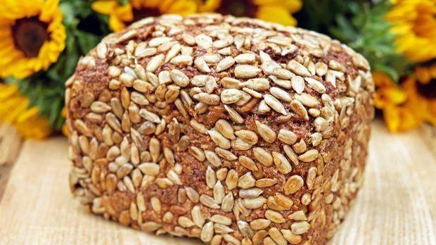 Ein Brotlaib Vollkornbrot mit ganzen Körnern