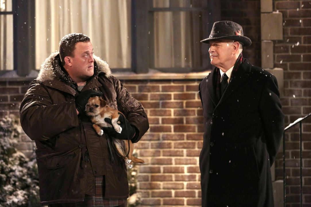 Wahre Männergespräche: Mike (Billy Gardell, l.) und Capt. Patrick Murphy (Gerald McRaney, r.) ... - Bildquelle: Warner Brothers