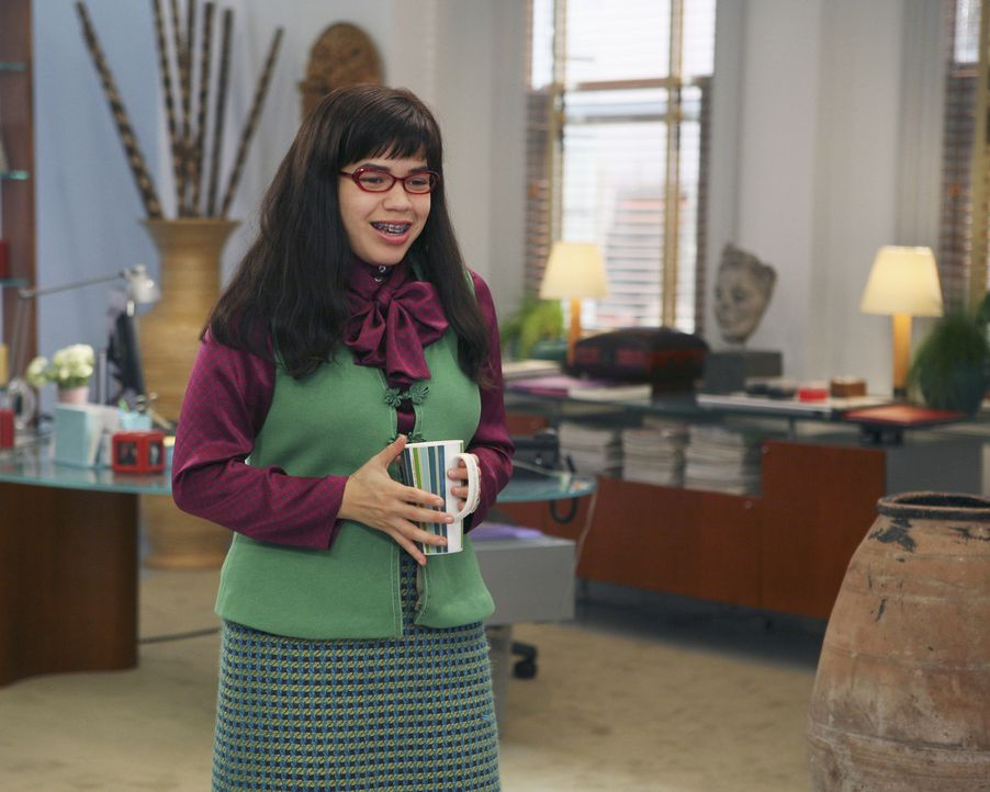 Gleich an ihrem ersten Arbeitstag bei MYW wird Betty (America Ferrera) mit einem merkwürdigen Auftrag betraut: Sie soll in einem Artikel über ihre E... - Bildquelle: Buena Vista International Television
