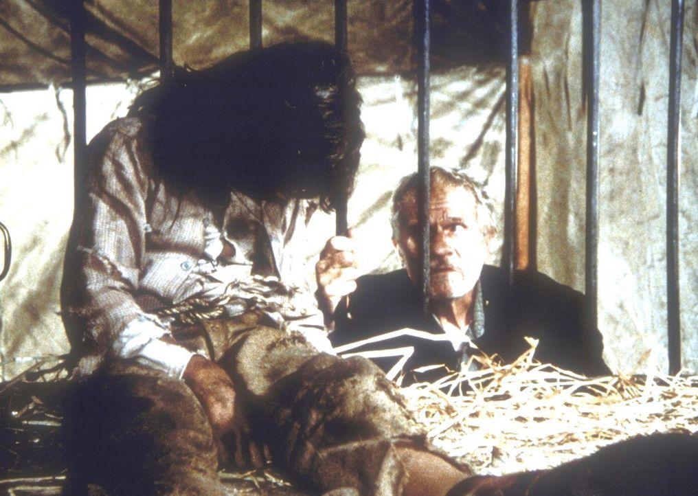 """Luther (David Hooks, r.), der Gehilfe von Dr. McQueen, entschuldigt sich bei dem """"Wolfsmenschen"""" Matthew (Jonathan Hall Kovacs, l.), dass er wie ein... - Bildquelle: Worldvision"""