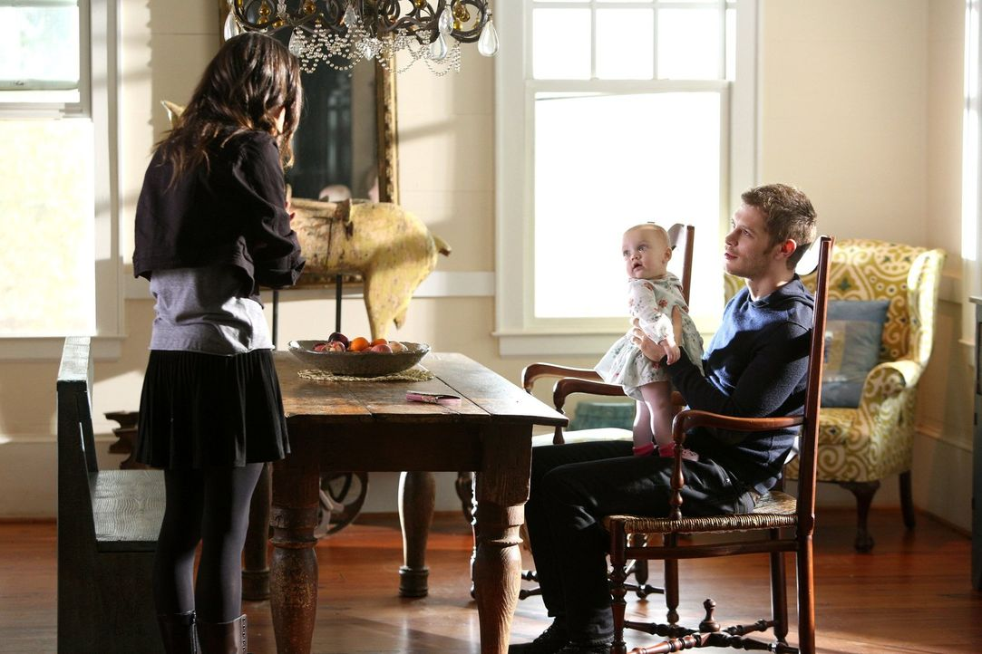 Das Wiedersehen mit ihrer Tochter könnte so schön sein, doch Hayley (Phoebe Tonkin, l.) und Klaus (Joseph Morgan, r.) wissen, dass böse Mächte die k... - Bildquelle: Warner Bros. Television