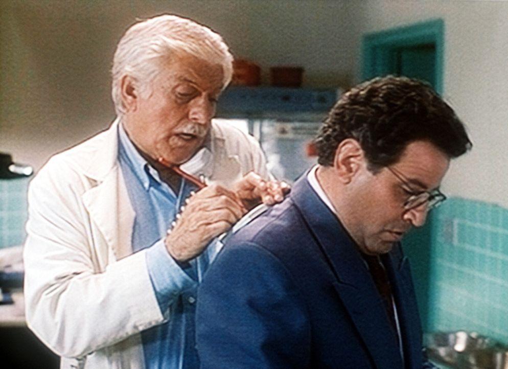 Dr. Mark Sloan (Dick Van Dyke, l.) notiert eine wichtige Adresse. Dabei benutzt er Normans (Michael Tucci, r.) Rücken als Unterlage. - Bildquelle: Viacom