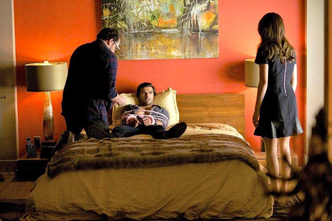 Gabe (Sendhil Ramamurthy, M.) arbeitet mit einer Journalistin zusammen, um Vincents Geheimnisse zu enthüllen. Cat (Kristin Kreuk, r.) und J.T. (Aust... - Bildquelle: 2013 The CW Network, LLC. All rights reserved.