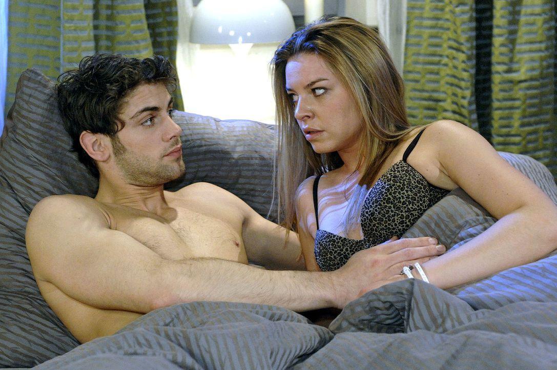 Als Jonas (Roy Peter Link, l.) von einer Zukunft mit Kindern spricht, bekommt Katja (Karolina Lodyga, r.) es mit der Angst zu tun. - Bildquelle: Oliver Ziebe Sat.1