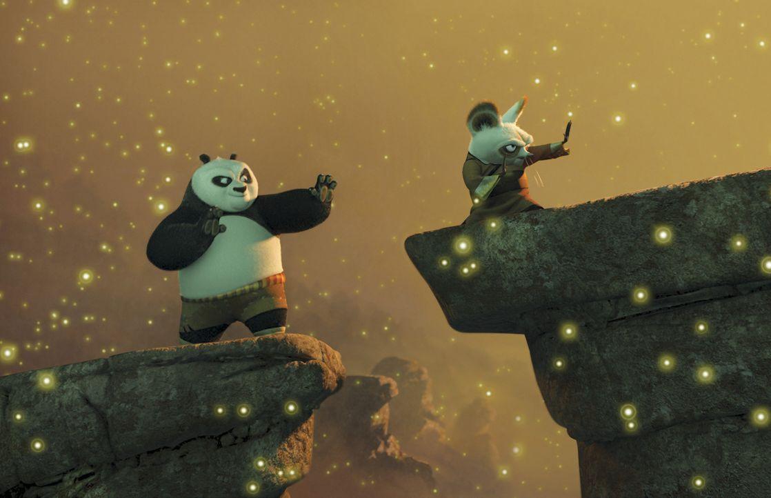 Unerwartet wird der riesige Pandabär Po (l.) auserwählt, die Lehre des Kung Fu-Kampfes von Meister Shifu (r.) zu erlernen. - Bildquelle: Paramount Pictures