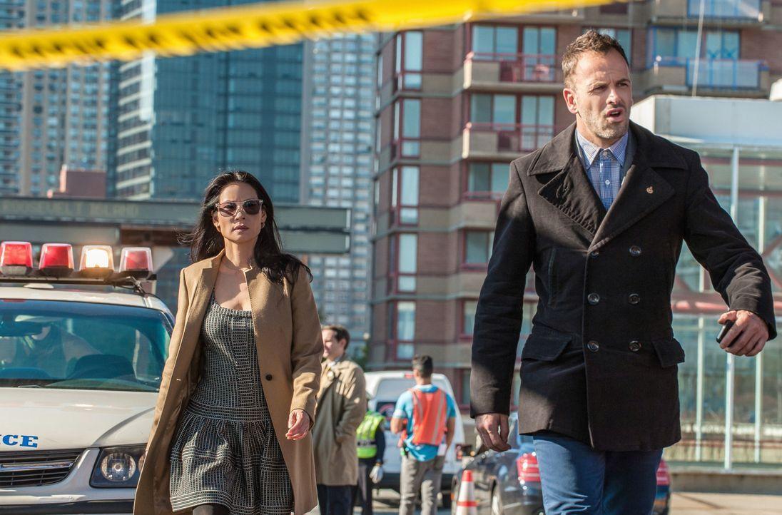 Gemeinsam versuchen Sherlock Holmes (Jonny Lee Miller, r.) und Joan Watson (Lucy Liu, l.), einen neuen Mordfall zu lösen ... - Bildquelle: CBS Television