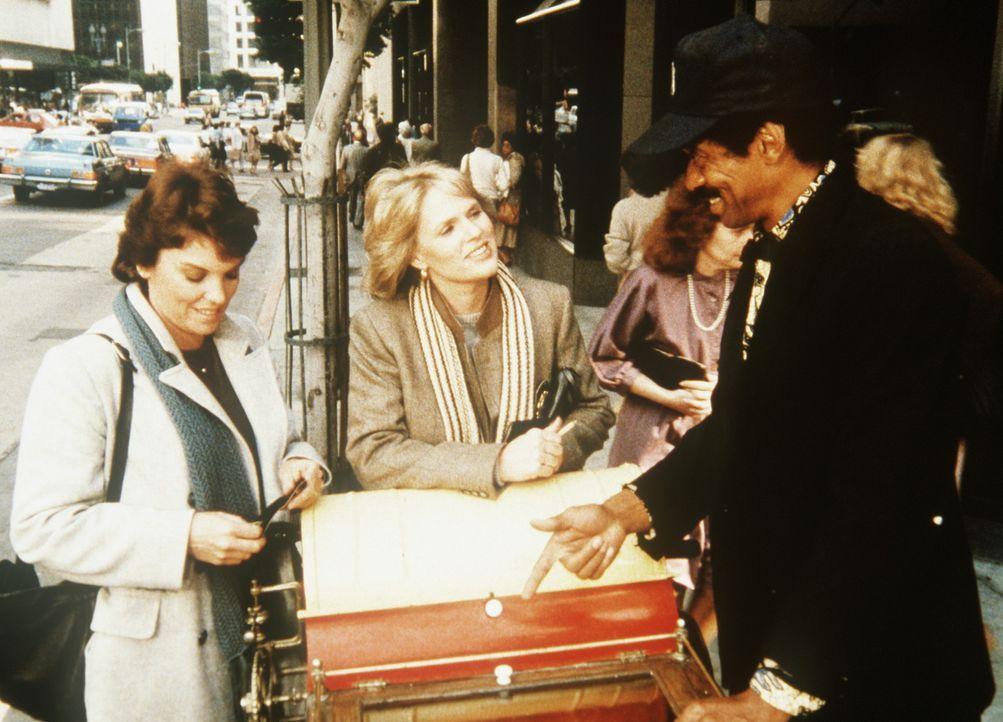 Lacey (Tyne Daly, l.) und Cagney (Sharon Gless, M.) haben einen Zeugen gefunden und bekommen den entscheidenden Hinweis auf den Fahrer des Wagens. - Bildquelle: ORION PICTURES CORPORATION. ALL RIGHTS RESERVED.