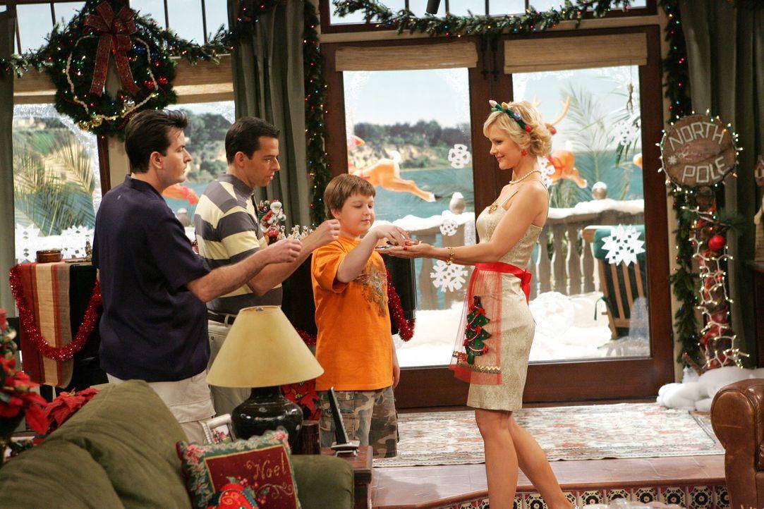 Alan (Jon Cryer, 2.v.l.) hat seine Traumfrau gefunden. Sandy (Josie Davis, r.) kocht für ihr Leben gern, sie führt perfekt den Haushalt und sieht... - Bildquelle: Warner Brothers Entertainment Inc.