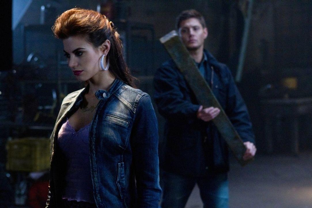 Dean (Jensen Ackles, r.) versucht alles, um seinen Bruder aus den Fängen von Sally (Meghan Ory, l.) zu befreien ... - Bildquelle: Warner Bros. Television