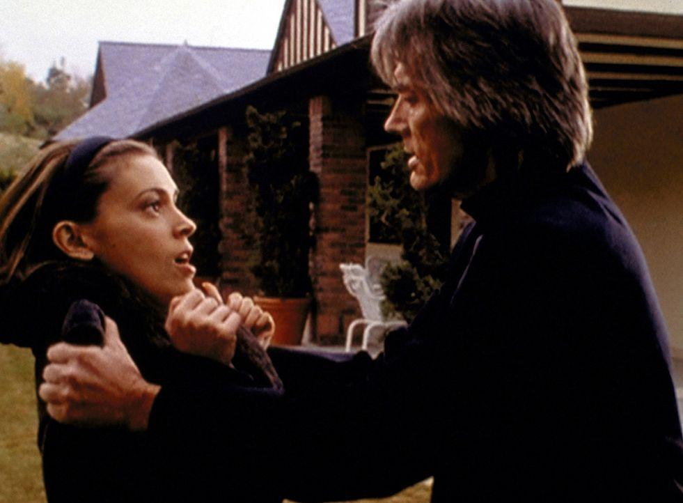 Der Dämon der Angst, Barbas (Billy Drago, r.), hat Phoebe (Alyssa Milano, l.) in seine Gewalt gebracht ... - Bildquelle: Paramount Pictures