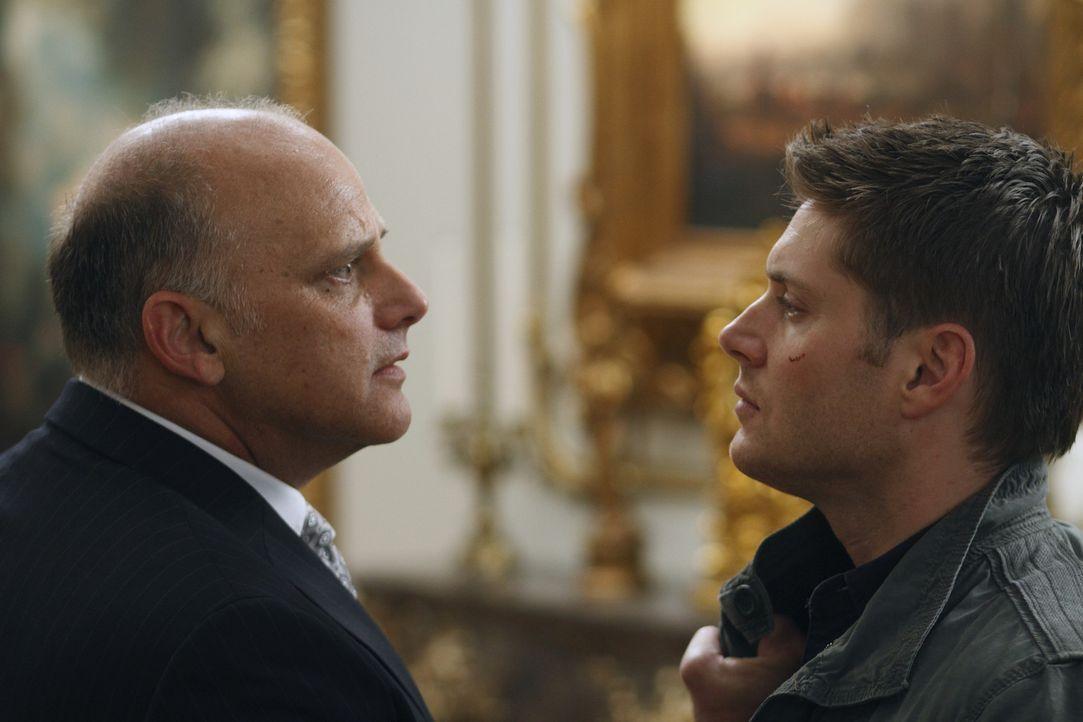 Dean (Jensen Ackles, r.) ist bereit, seine Hülle an Michael zu übergeben. Zur Sicherheit hat Zachariah (Kurt Fuller, l.) Adam, den Bruder von Dean... - Bildquelle: Warner Brothers