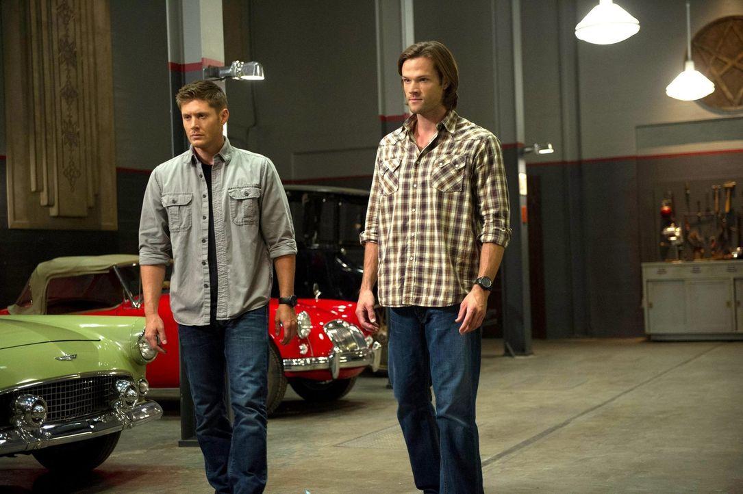 Die Hexe verzaubert Dean (Jensen Ackles, l.) und Sam (Jared Padalecki, r.), um sie als Waffen gegen die beiden Frauen zu nutzen ... - Bildquelle: 2013 Warner Brothers